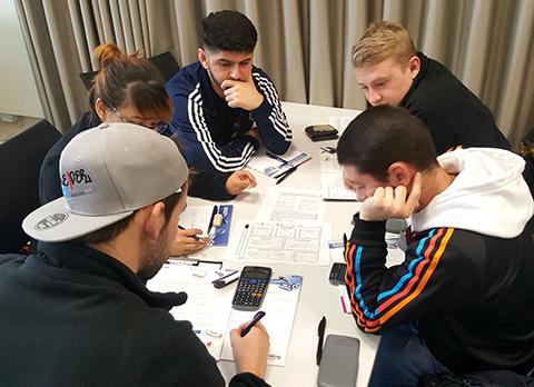Jugendliche beim Bearbeiten der Aufgaben beim Junior Manager Contest 2019