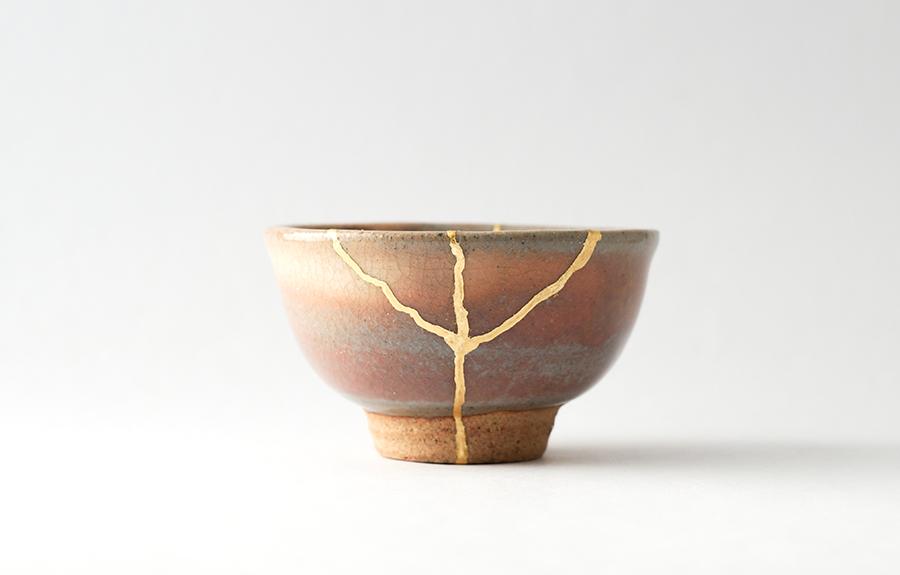 Keramikschüssel mit einem geklebten Bruch