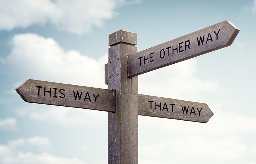 """Straßenschild zeigt drei Richtungen mit dem Text"""" This Way"""", """"The other way"""" und """"That Way"""""""