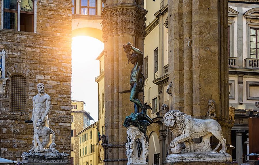 Skulpturen Loggia dei Lanzi und Palazzo Vecchio auf dem Piazza della Signoria in Florenz, Italien