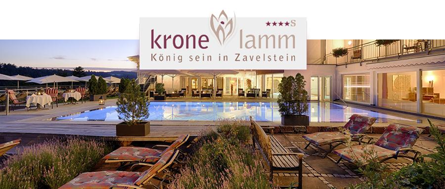 Außenbereich des Hotels Berlins KroneLamm mit Pool und Liegestühlen und deren Logo